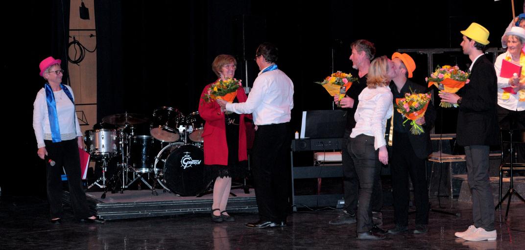 Remise des fleurs à 2 de nos anciens chefs de chœur, Jocelyne et Luc